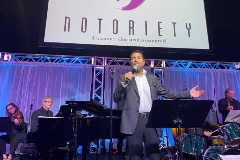 Clint Holmes se presenta en Notoriety en Neonopolis el domingo, 10 de noviembre de 2019. (John ...