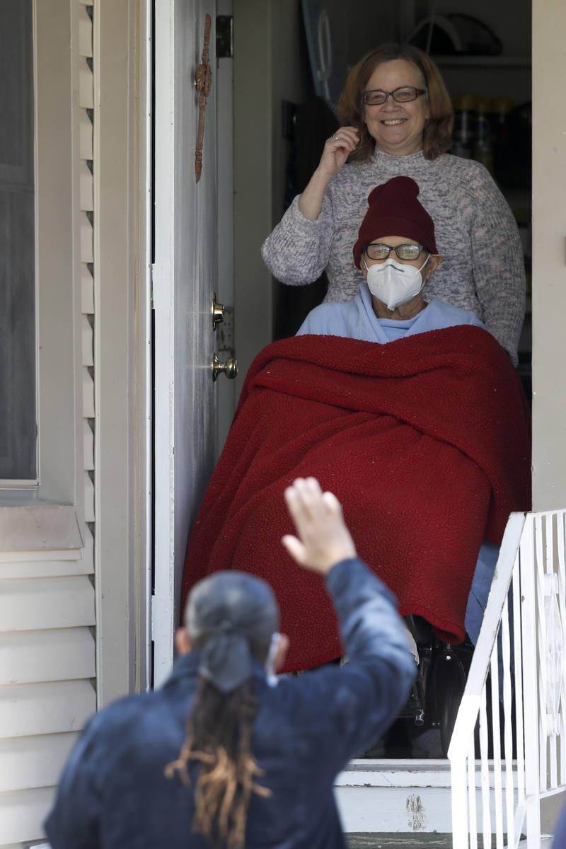 """Un partidario del """"Hombre de las Cruces"""" Greg Zanis, saluda a Zanis y a su esposa Susan, mientr ..."""