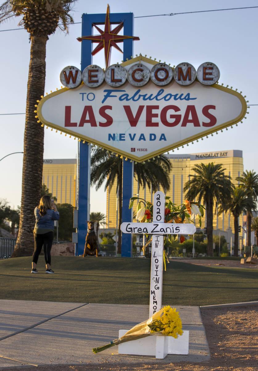 """Cruces blancas para Greg Zanis en el letrero de """"Welcome to Fabulous Las Vegas"""" el lunes, 4 de ..."""
