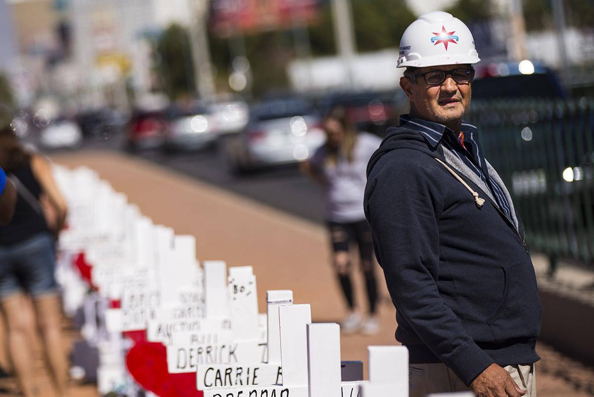 "Greg Zanis, de Aurora, Ill., al lado las 58 cruces que colocó cerca del letrero ""Welcome to Fa ..."