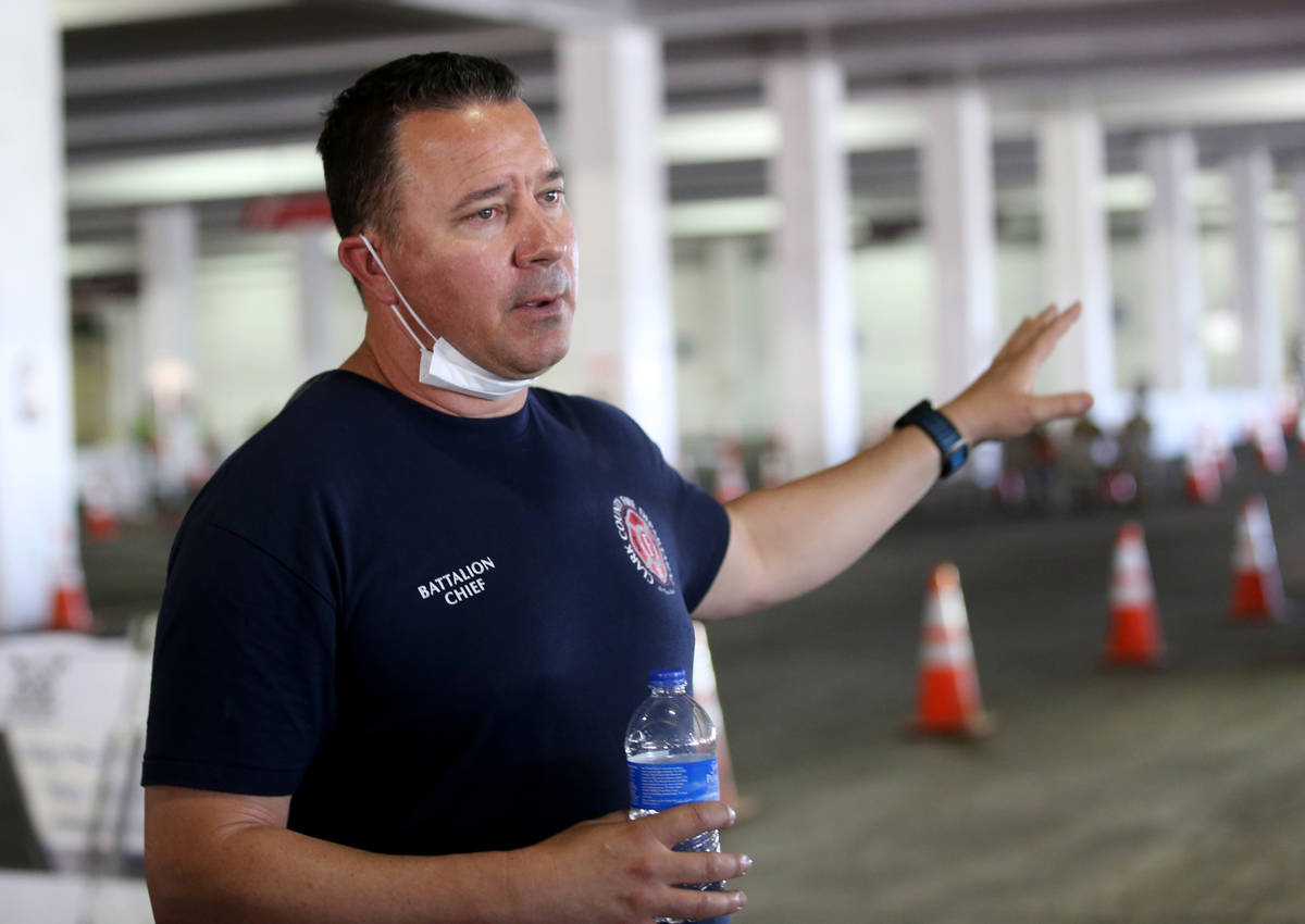 El Jefe del Batallón de Bomberos del Condado Clark, Rian Glassford, habla con los medios de co ...