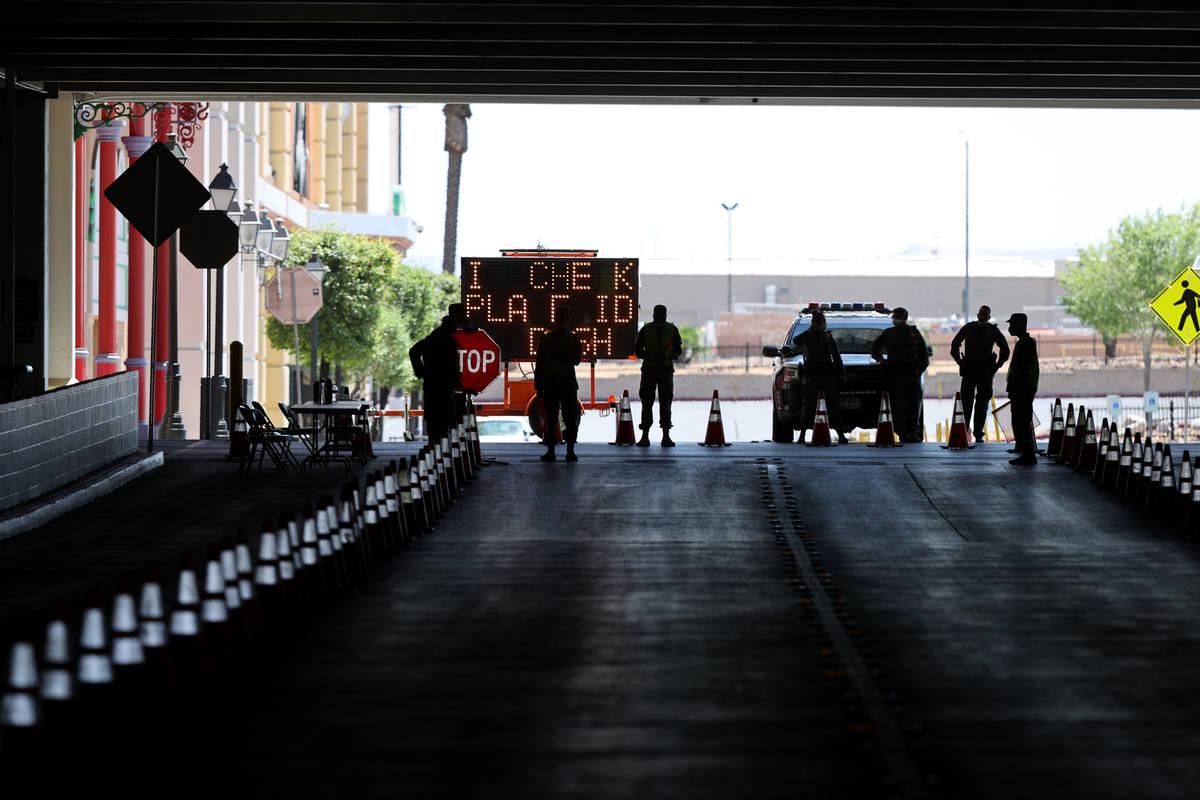 Soldados de la Guardia Nacional durante una vista previa de la instalación de pruebas drive-th ...