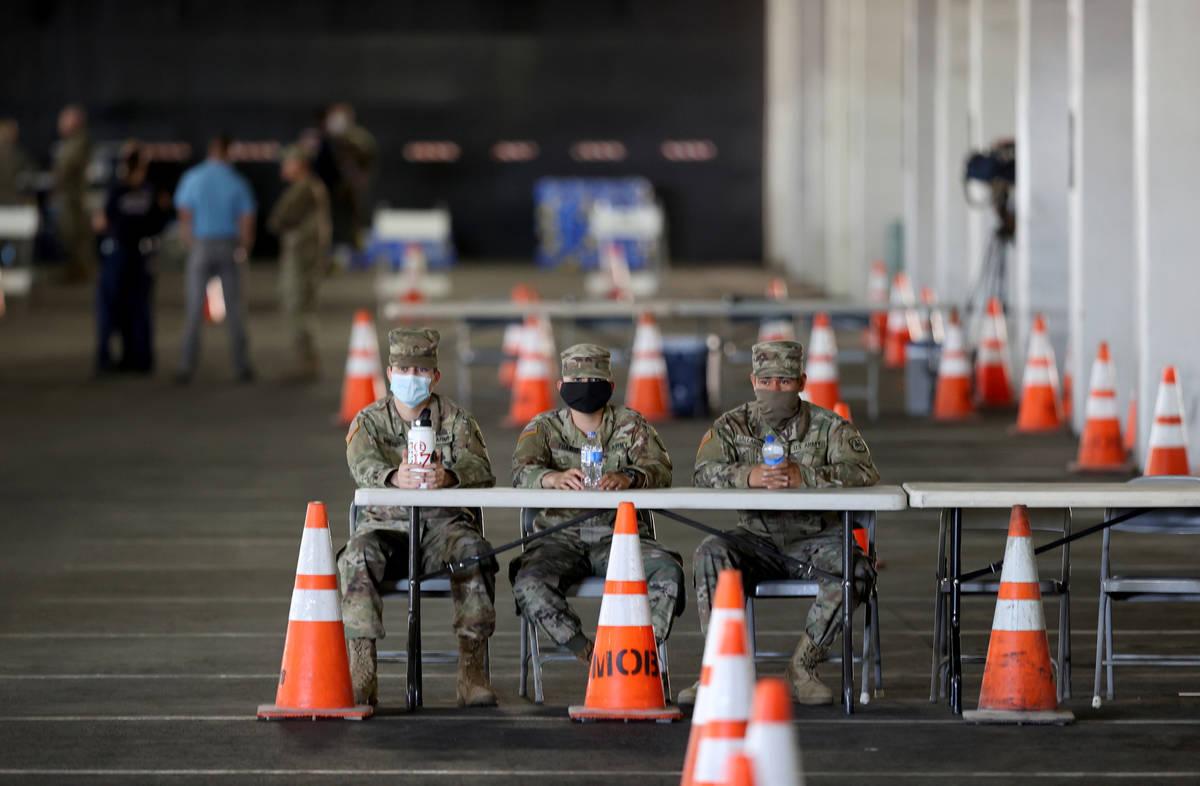 Soldados de la Guardia Nacional, de izquierda a derecha, Ezequiel Pinedo, Joshua Tuando y Edwin ...