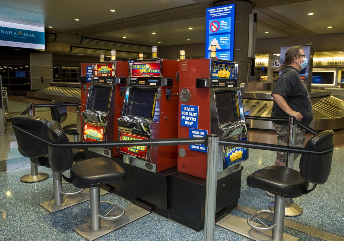 Jack Yowell pacientemente espera a su esposa Susan en el Aeropuerto Internacional McCarran el d ...