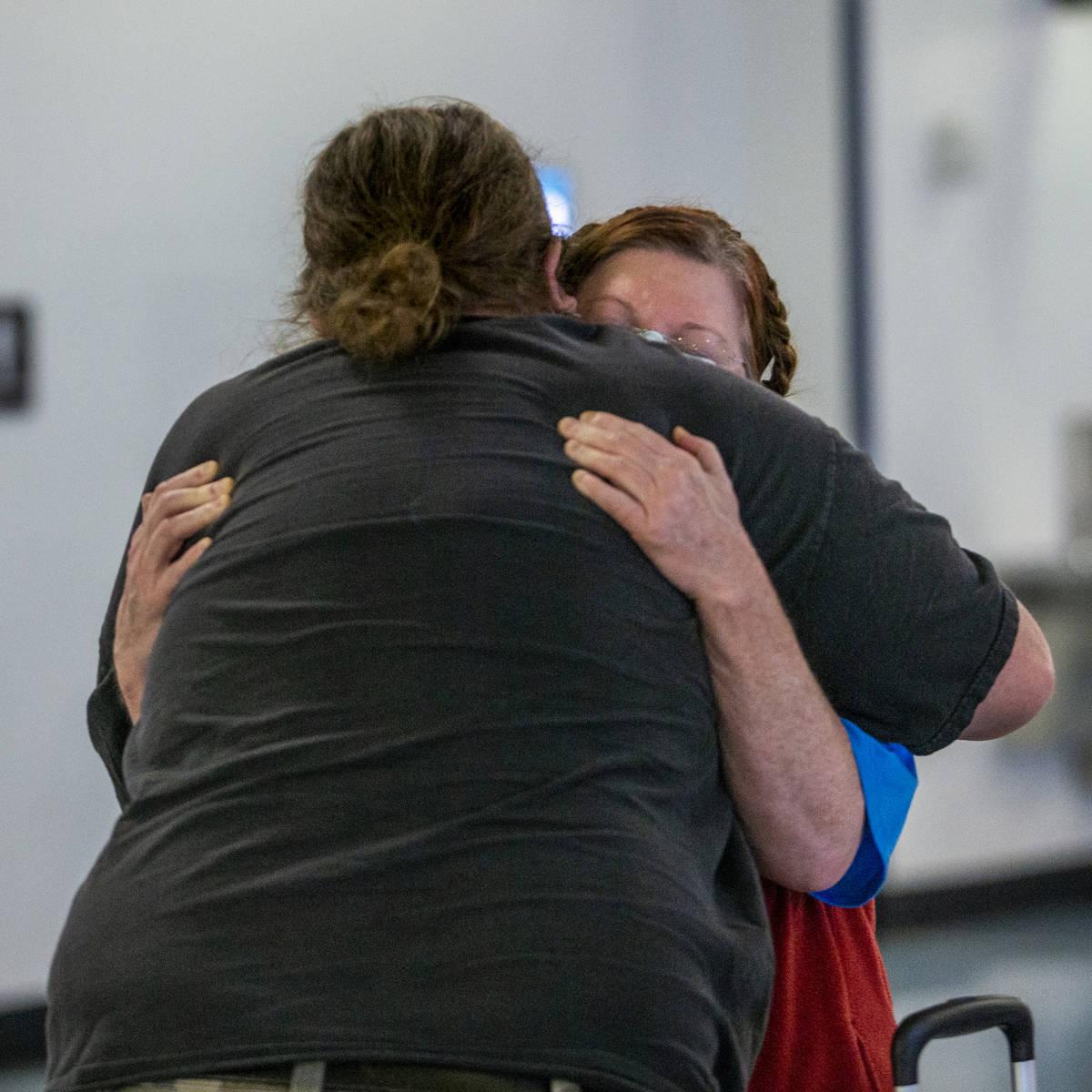Jack Yowell abraza a su esposa Susan al salir de la Terminal 1 de reclamo de equipaje del Aerop ...