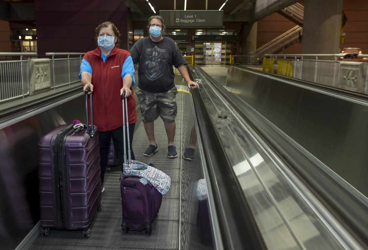 Susan Yowell y su marido Jack salen de la Terminal 1 de reclamo de equipaje del Aeropuerto Inte ...
