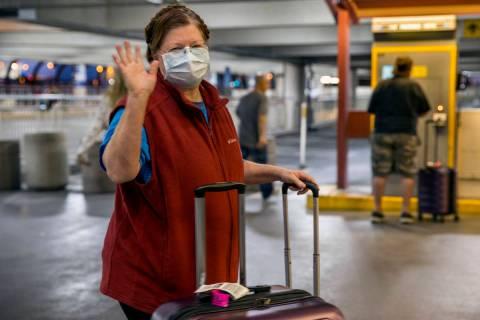 Susan Yowell se despide mientras su marido Jack paga por el estacionamiento tras llegar al aero ...