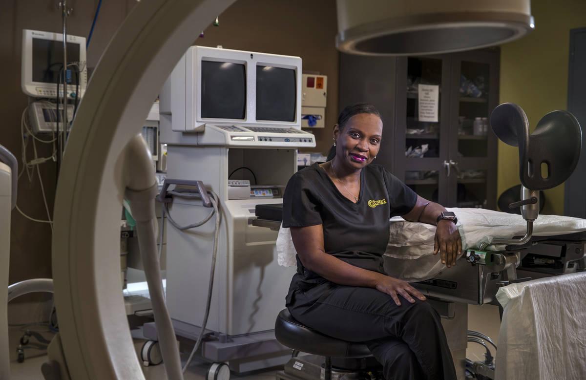 La enfermera Nita Peterson se sienta en la sala de cirugías del Centro de Fertilidad Red Rock ...