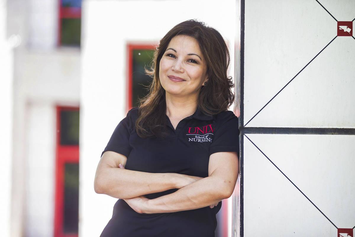 Alona Angosta es profesora asociada y directora del programa de maestría en ciencias de la enf ...