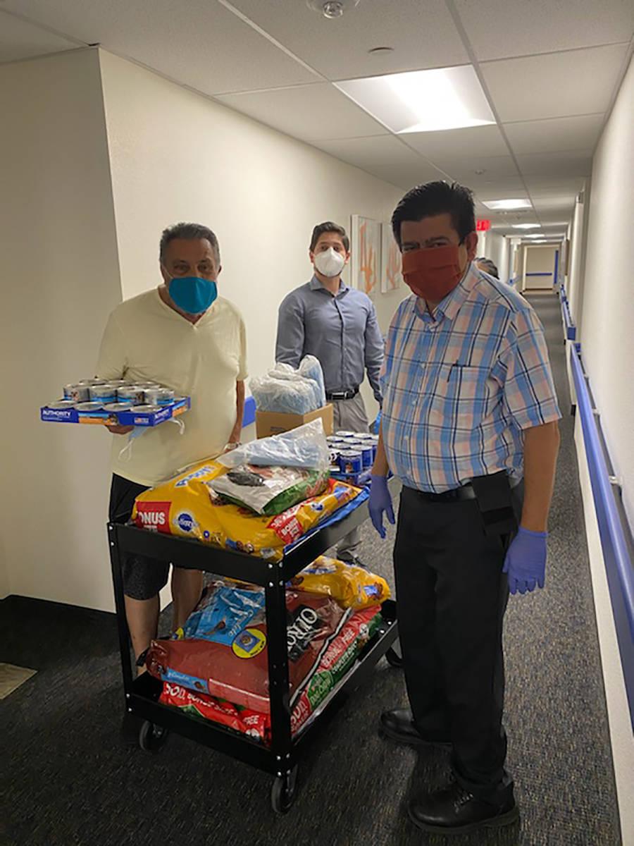 El concejal del Distrito 1 de North Las Vegas, Isaac Barrón ha realizado visitas en asilos par ...