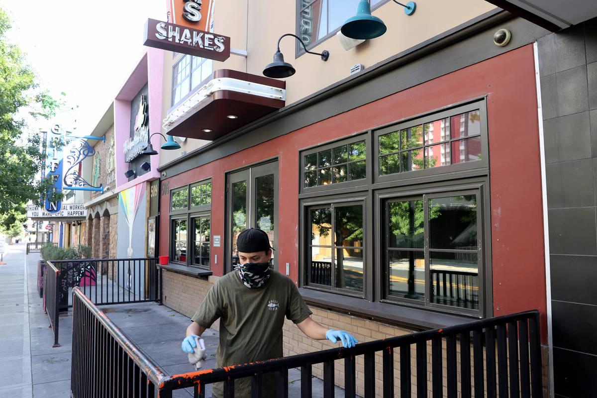 Ken Mattox, subdirector de Flippin' Good Chicken, Burgers, Beer en la calle East Fremont en el ...