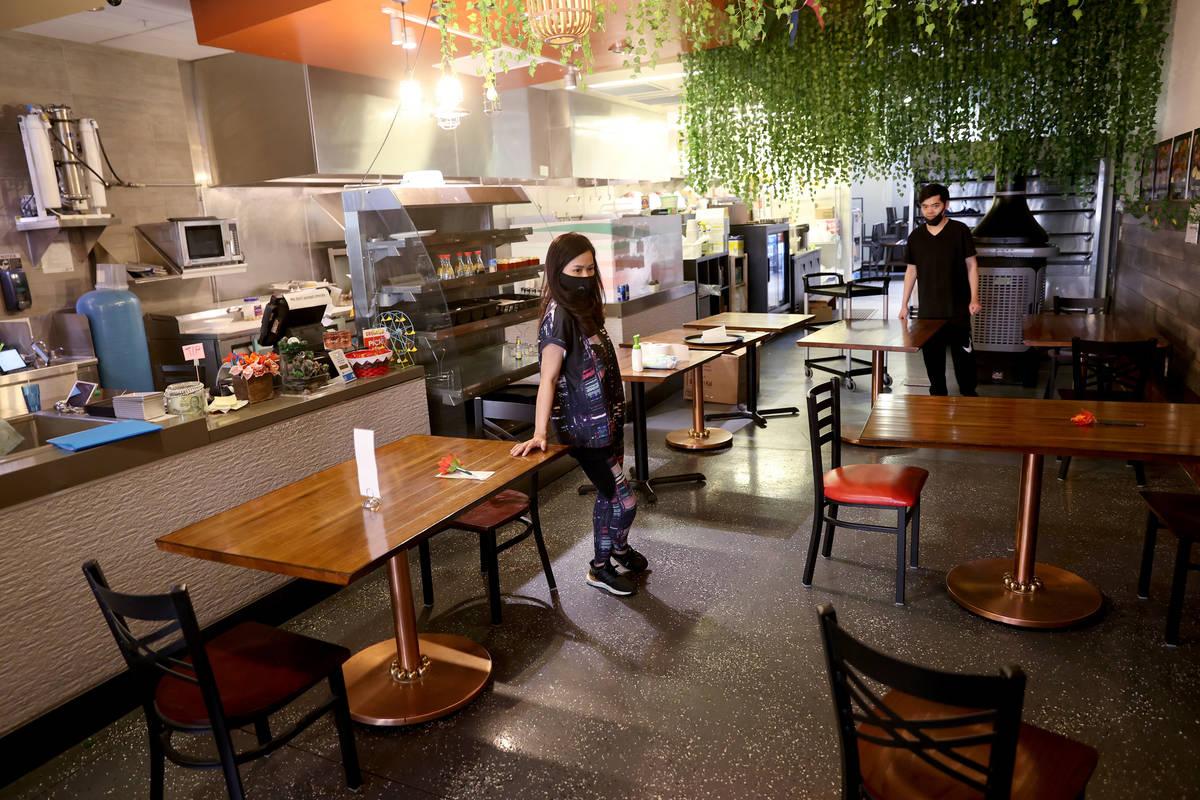 La mesera de Siam Square, Jenny Prapasanobol, y su socio Tao Namwichai, colocan mesas a dos met ...