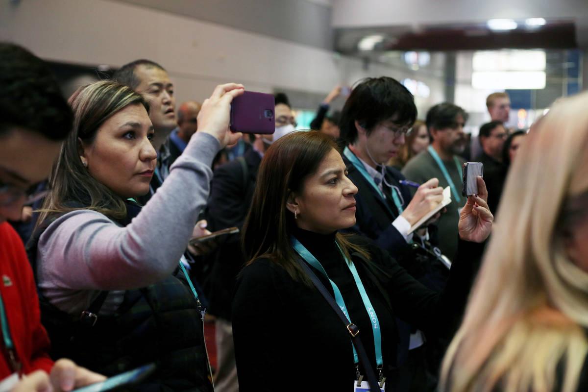 Una multitud se reúne para ver a los estudiantes de preparatoria de Las Vegas presentar ideas ...