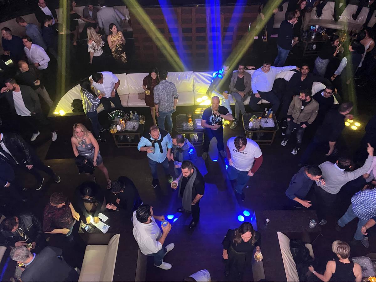 Convencionistas del CES y asistentes a la fiesta de clausura de DreamlandXR en el club nocturno ...