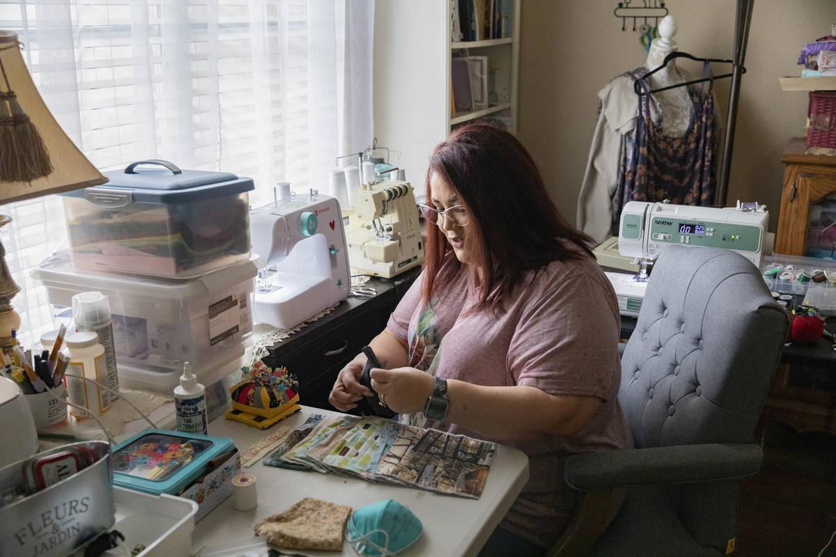 Mónica Ursua cose cubrebocas de tela para donar las ganancias a una organización que lucha co ...
