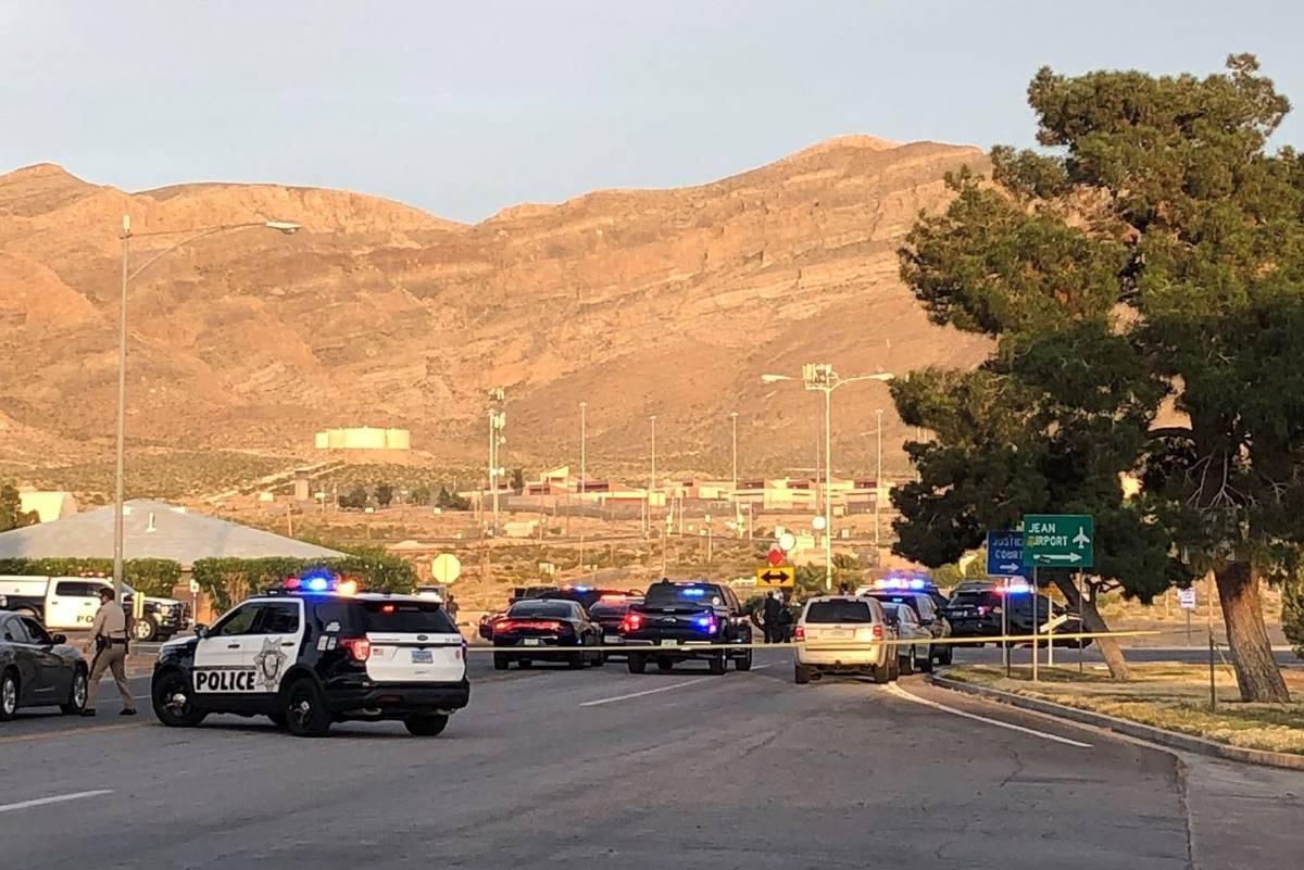 Oficiales aseguran la escena de un tiroteo en Jean el jueves, 7 de mayo de 2020. (Dalton LaFern ...