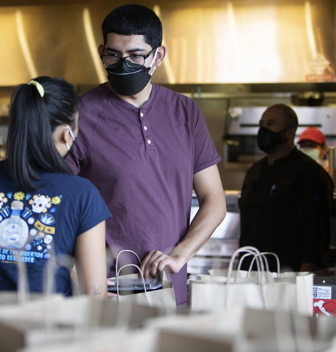 Anthony Campos habla con su compañera de trabajo Juliana Asa en Nora's Italian Cuisine el mié ...