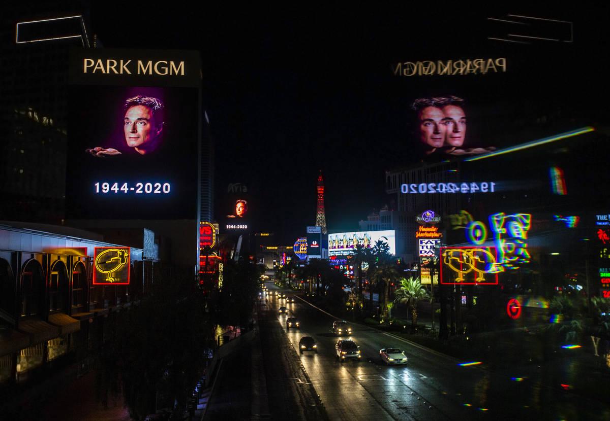 Los tributos a Roy Horn, de Siegfried & Roy, se exhiben a lo largo del Strip el viernes, 8 de m ...