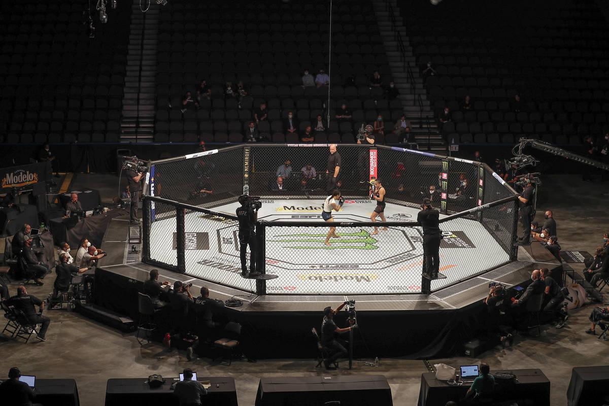 Michelle Waterson, centro izquierda, y Carla Esparza luchan sin espectadores durante un combate ...