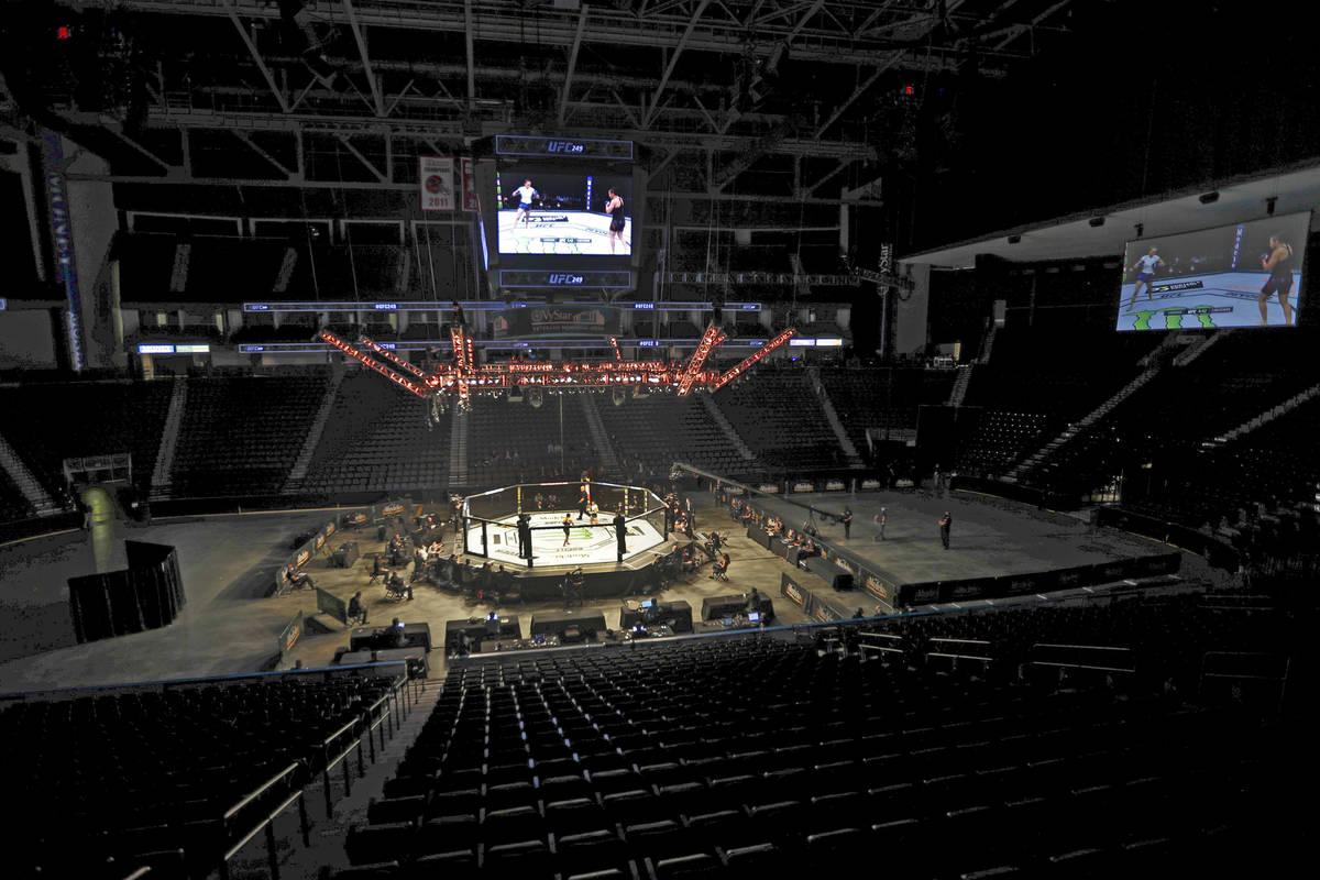 Los combatientes luchan sin espectadores durante un combate de artes marciales mixtas UFC 249 e ...