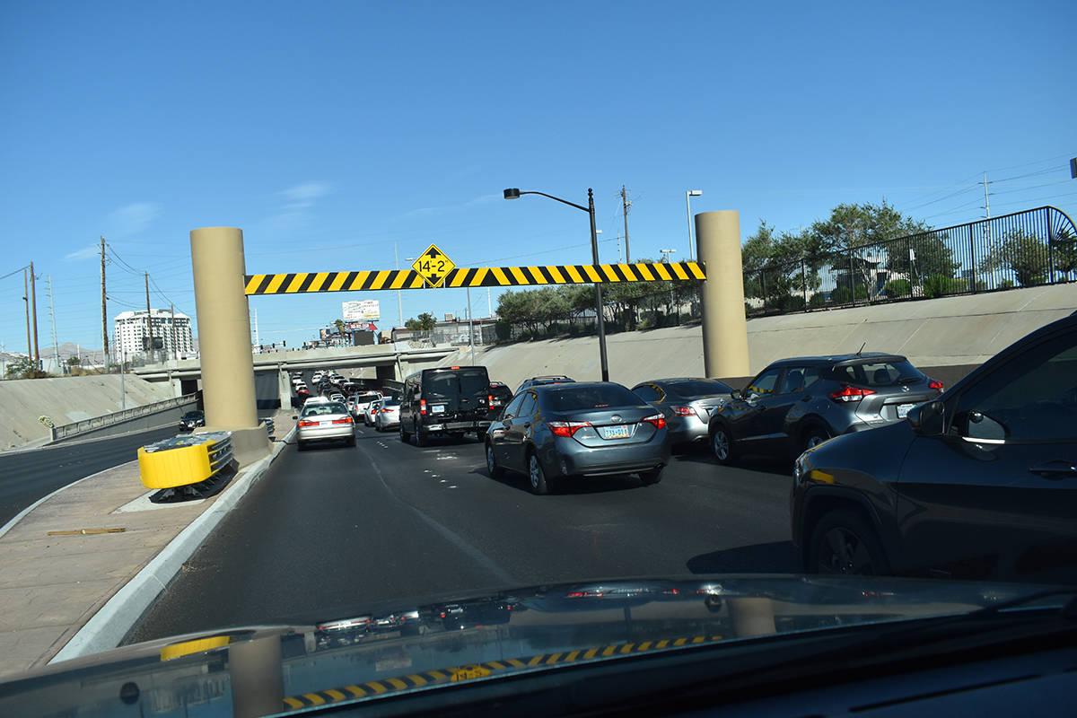 Cientos de automóviles condujeron el Strip, como parte de una caravana organizada por el Culin ...