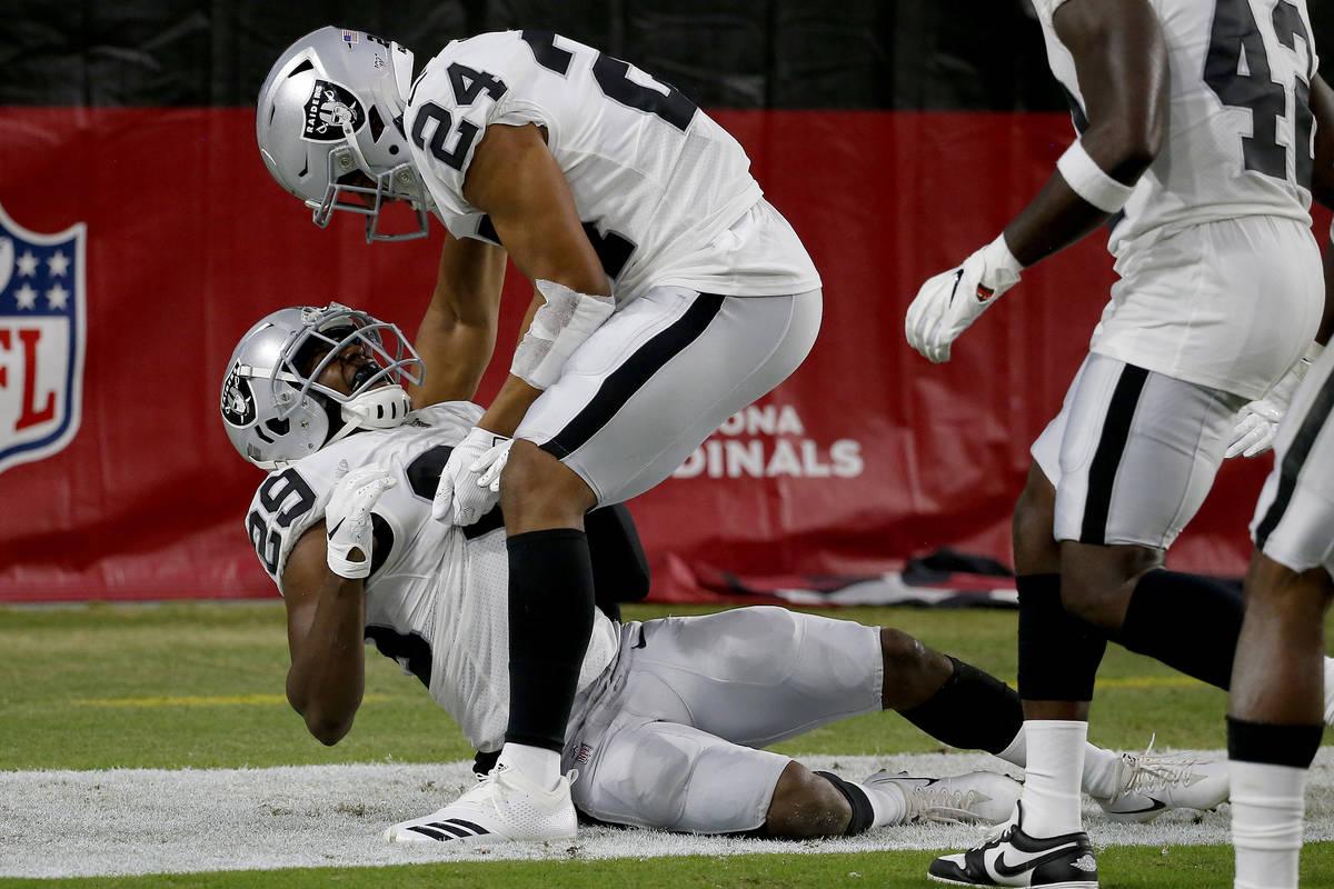El safety libre de los Oakland Raiders, Lamarcus Joyner (29), celebra su parada con el defensa ...
