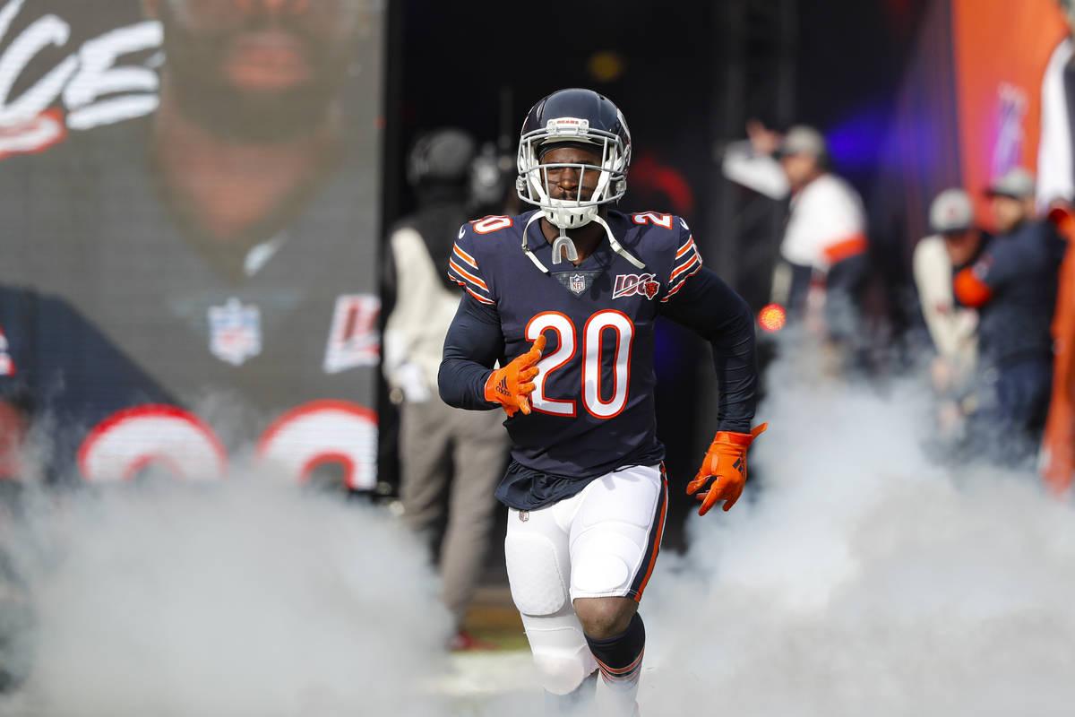 El cornerback de los Chicago Bears, Prince Amukamara (20), entra al campo en un juego de la NFL ...