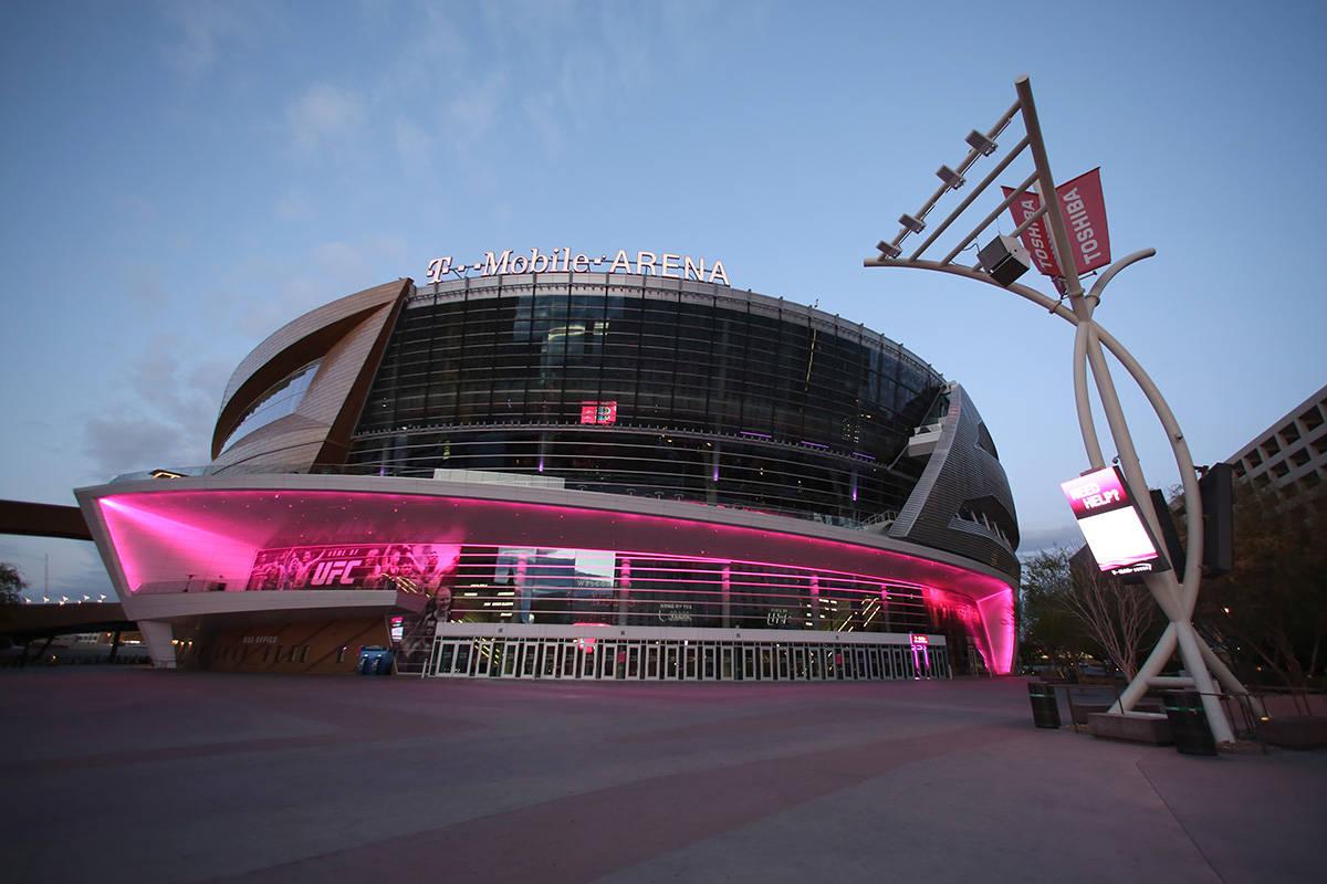 T-Mobile Arena después de que el gobernador Steve Sisolak ordenara en todo el estado que los n ...