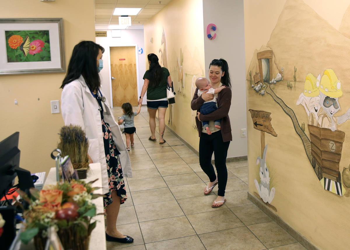 Alyxandria Montes sostiene a su hijo Noah de cuatro meses mientras charla con la Dra. Pamela Gr ...