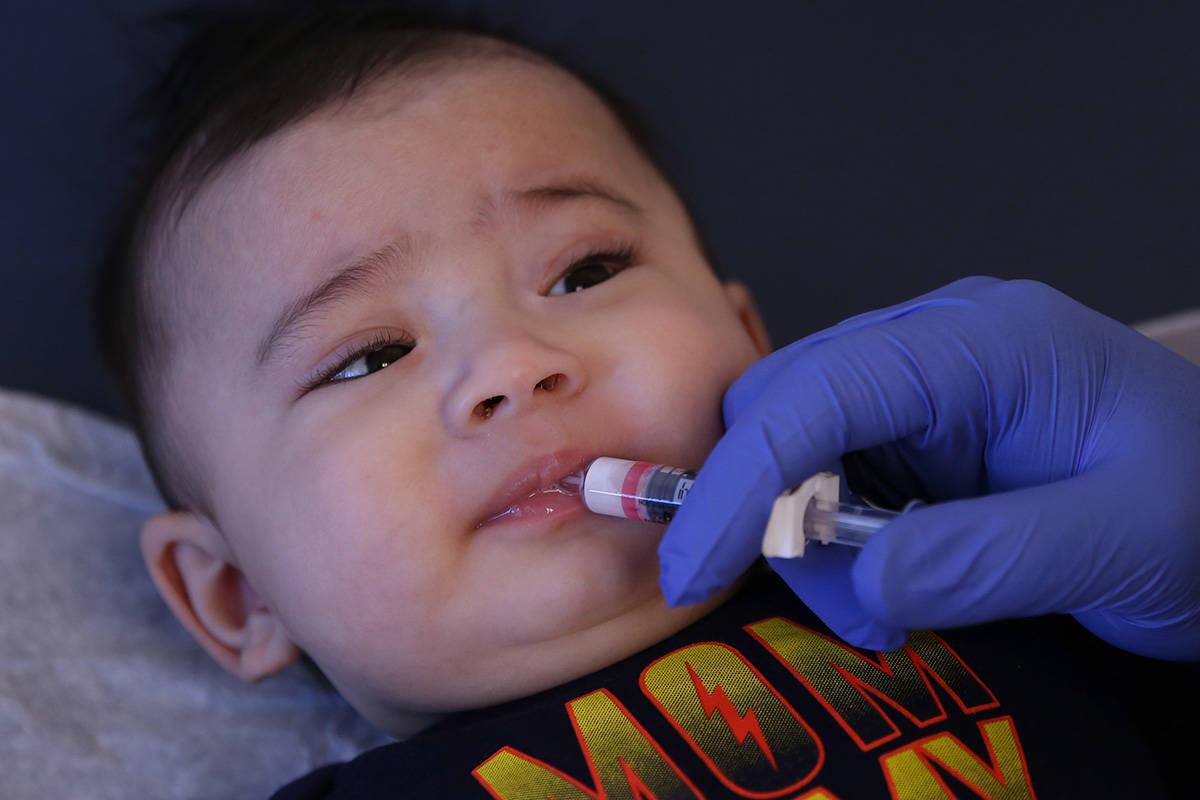 Aries Cano, de cuatro años, recibe una vacuna oral contra el rotavirus de Stephen Hibler, un a ...