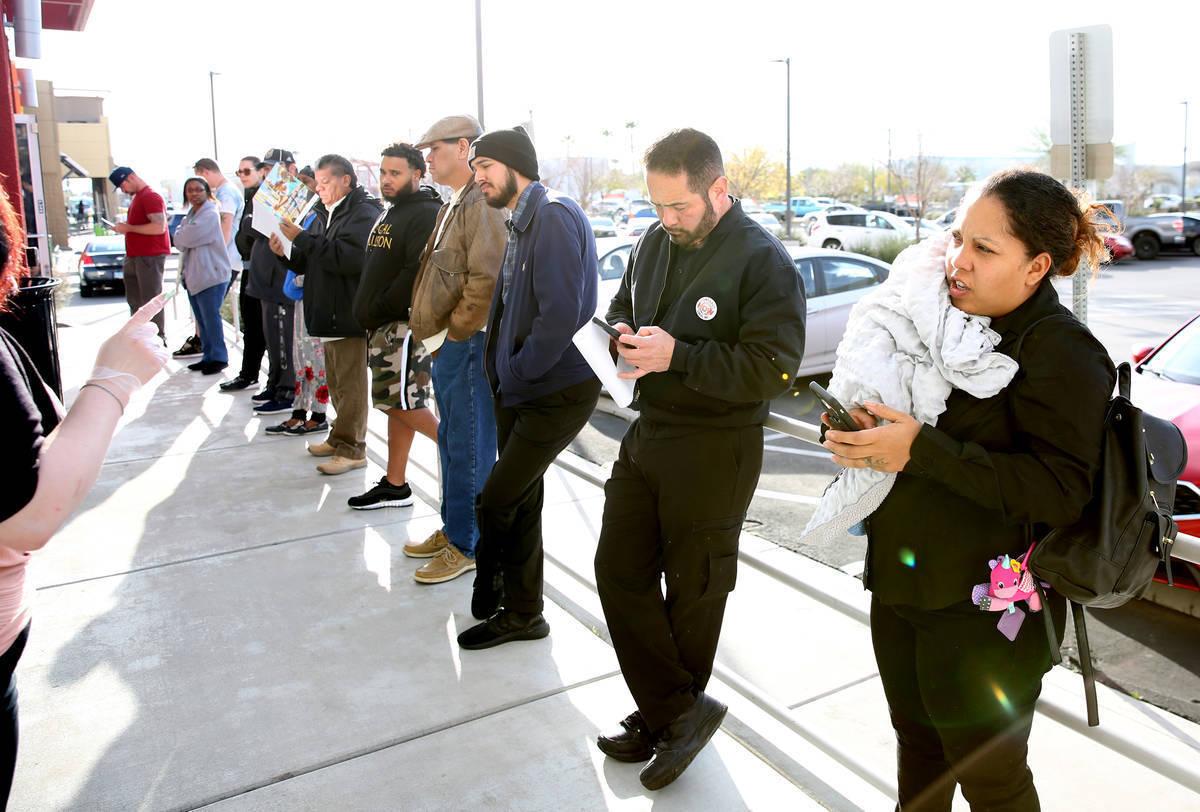 Archivo.- La gente espera en la fila en One-Stop Career Center el lunes 16 de marzo de 2020 en ...