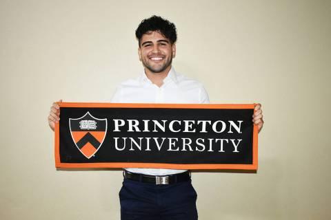 """José Yañez posa con un distintivo de su """"Alma Mater"""", la Universidad de Princeton. Jueves ..."""