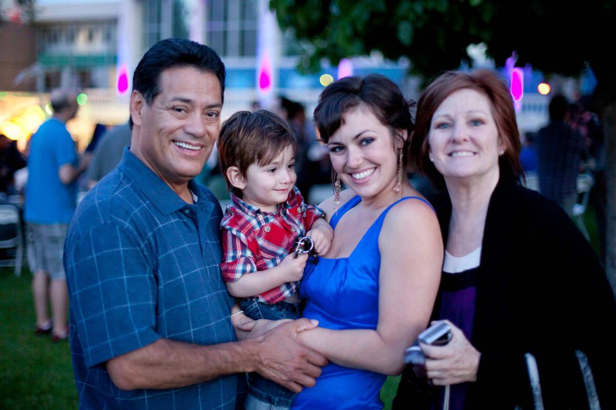 Luis A. Frías sostiene a uno de sus seis nietos en la graduación universitaria de su hija Lau ...