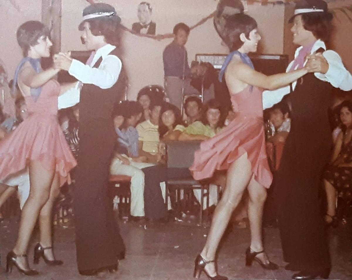 Luis A. Frías bailando tango junto a su hermano gemelo idéntico. Su familia no está segura d ...