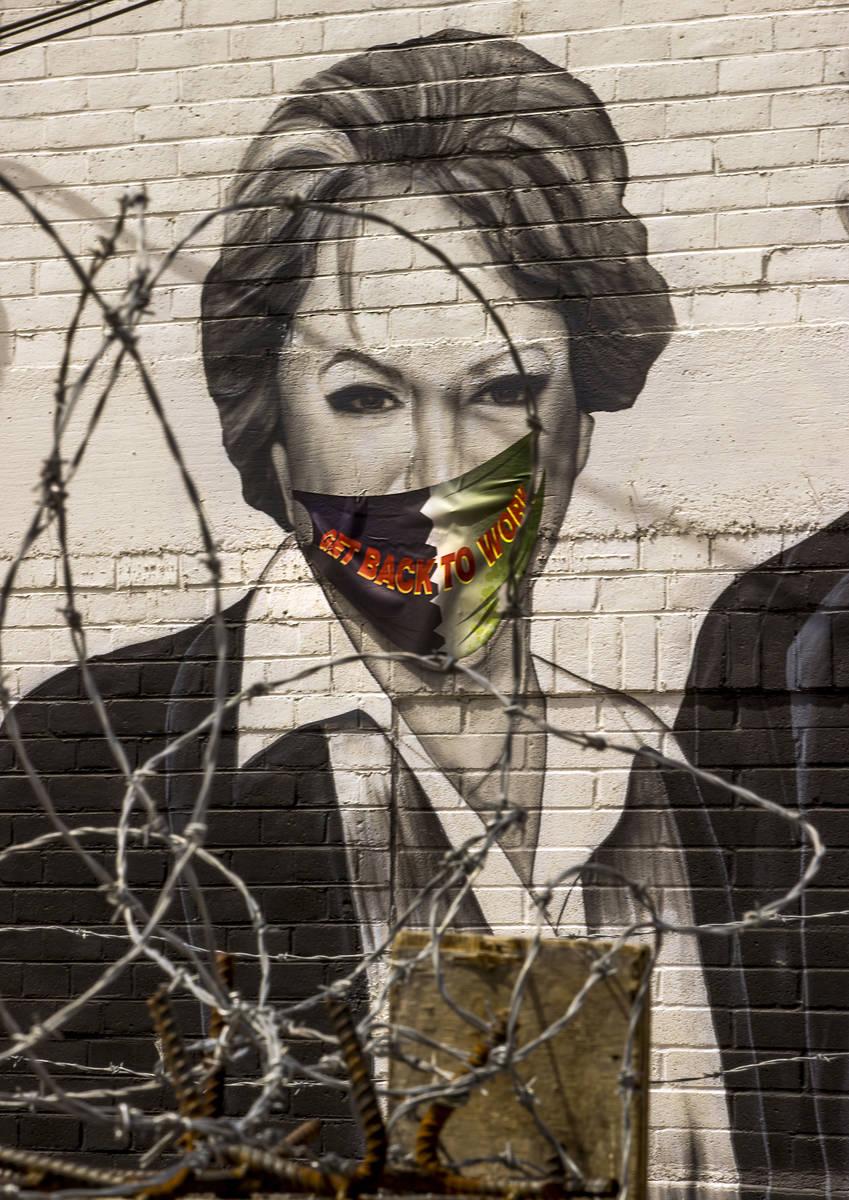 La alcaldesa Carolyn Goodman es retratada en un mural que ahora lleva un cubrebocas a lo largo ...