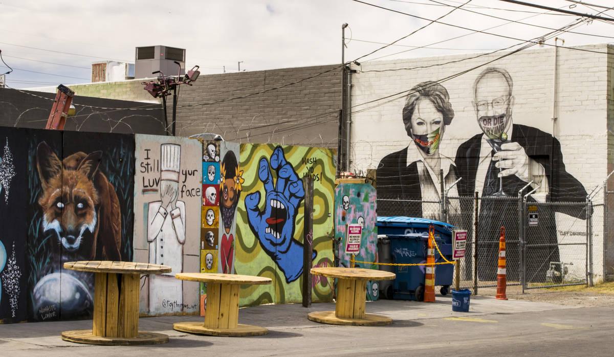 La alcaldesa Carolyn Goodman y su esposo Óscar son retratados en un mural que ahora lleva cubr ...