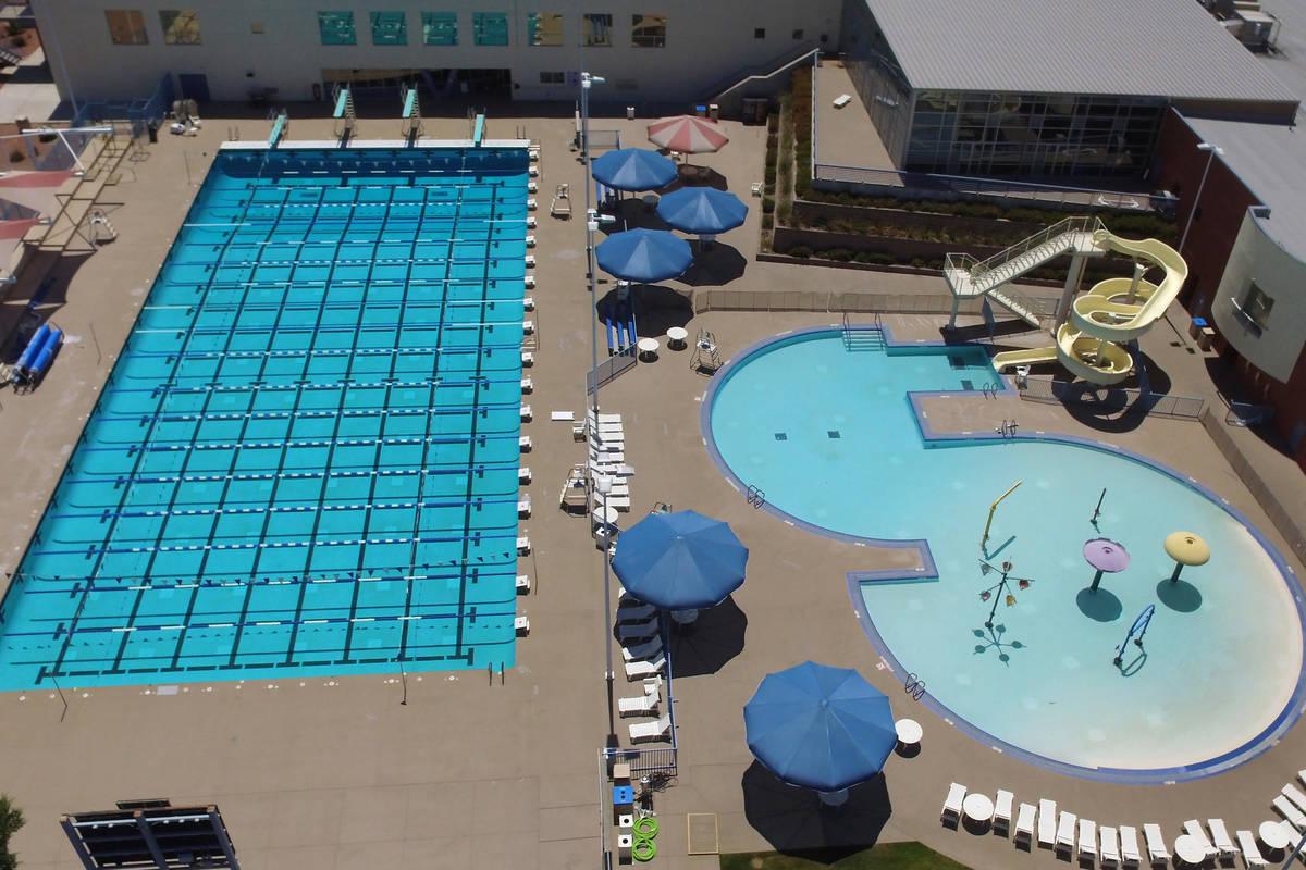 La piscina multigeneracional al aire libre de Henderson permanece cerrada debido a la pandemia ...