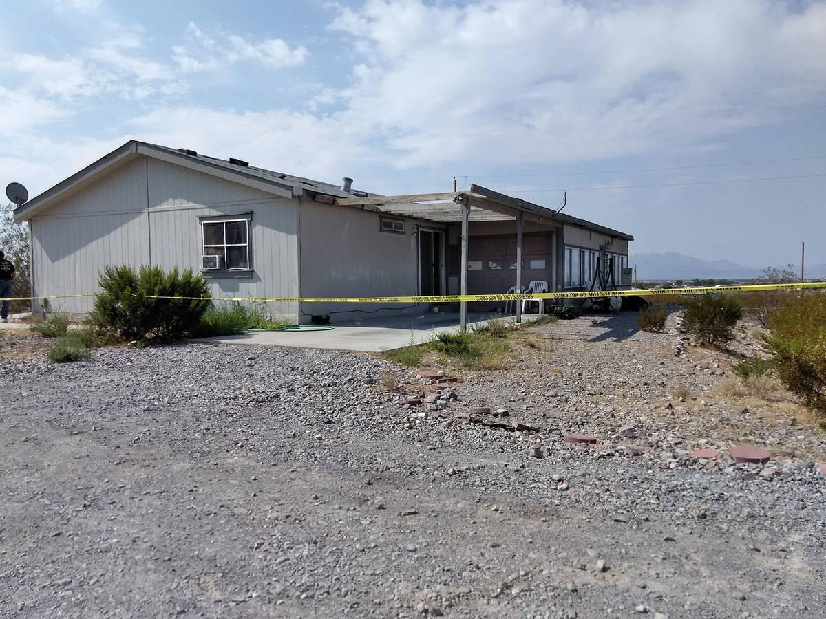 Cinta amarilla de la escena del crimen rodea la propiedad donde las autoridades estaban investi ...