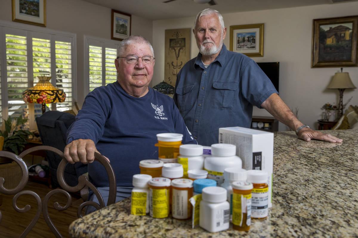 Los militares retirados Ken Knudsen, izquierda, y Rich Gray ya no pueden usar la farmacia de la ...