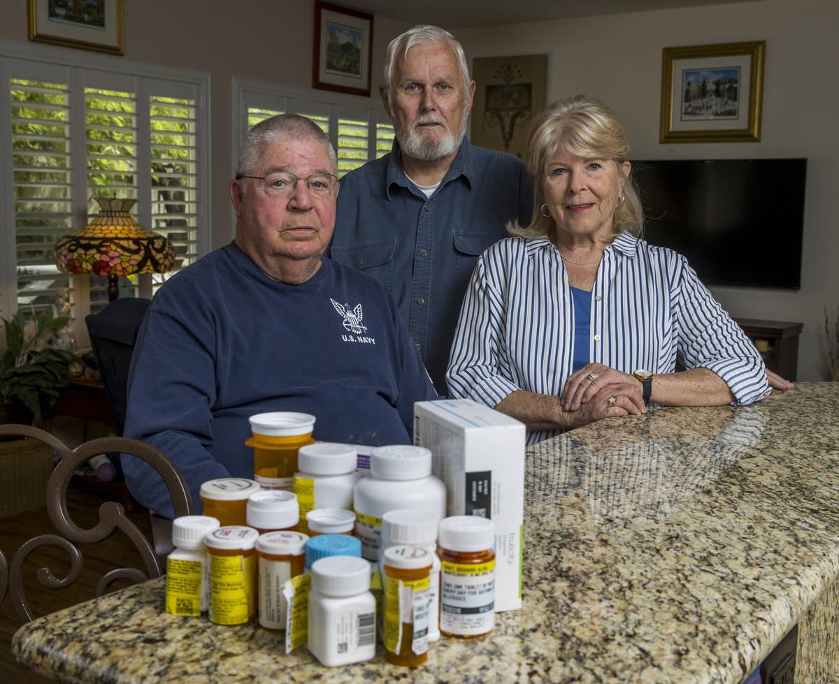 Los militares retirados Ken Knudsen, izquierda, con Rich y Sheila Gray ya no pueden usar la far ...