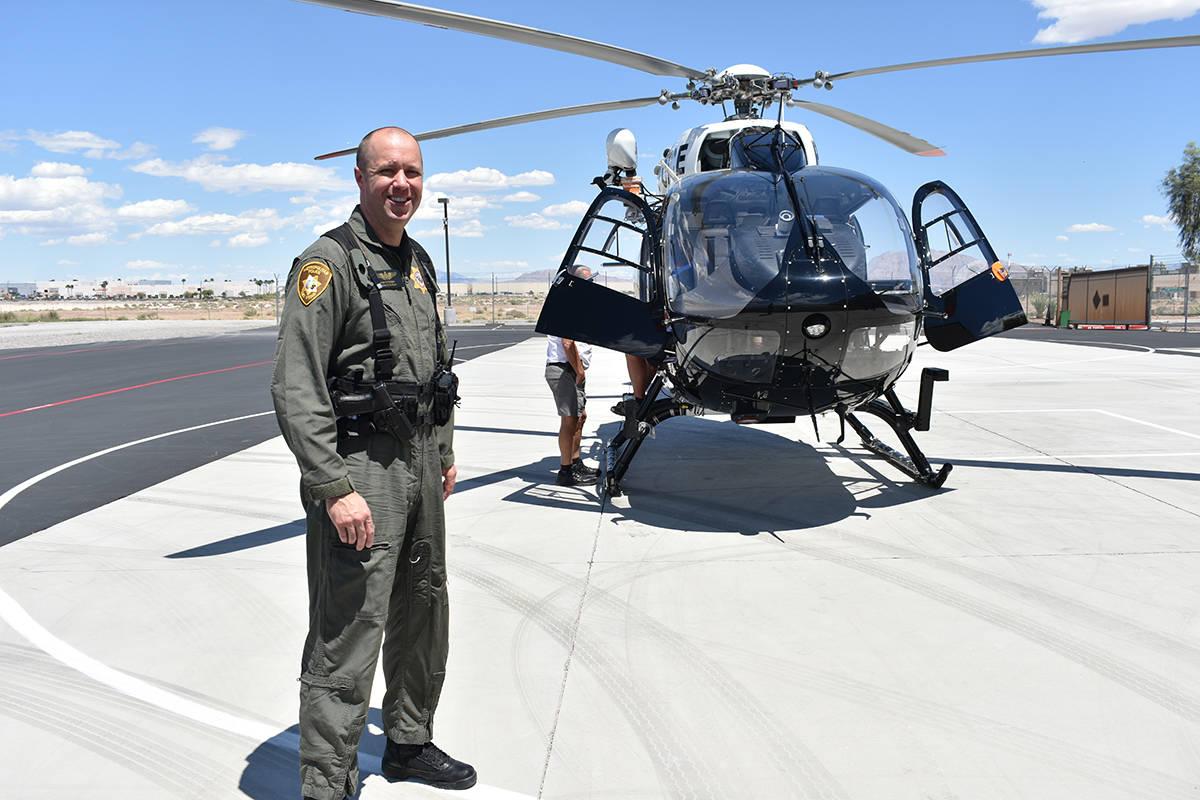 El oficial Ryan Petersen muestra la el helicóptero de LVMPD más novedoso para la búsqueda/re ...