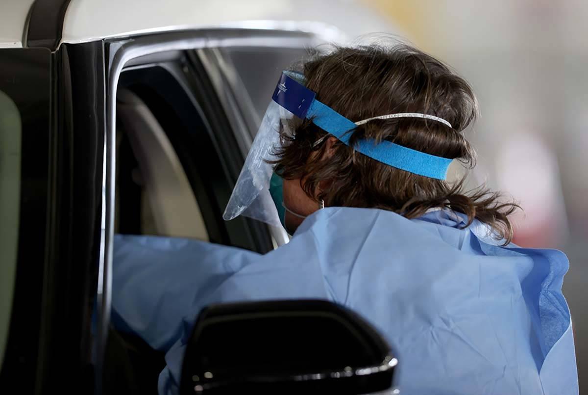 La enfermera titulada, Megan Ryan, trabaja en la instalación de pruebas COVID-19 en el estacio ...