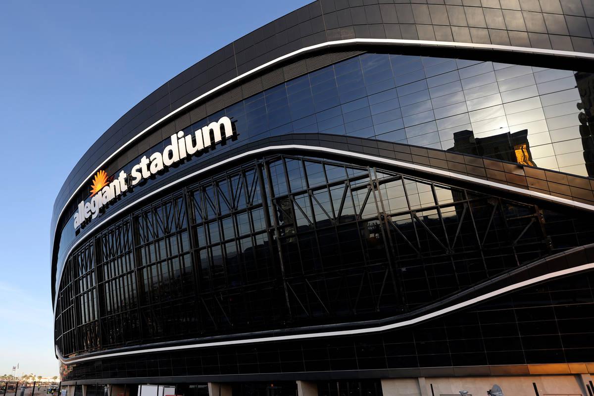 Estadio Allegiant, hogar de los Raiders de Las Vegas, a las afueras del Strip el jueves, 7 de m ...