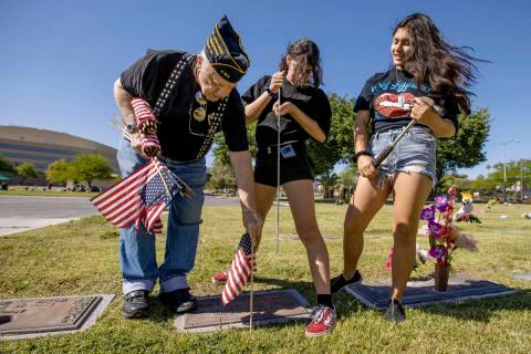 El veterano del Ejército, Howard Greenspon, izquierda, planta otra bandera estadunidense en la ...