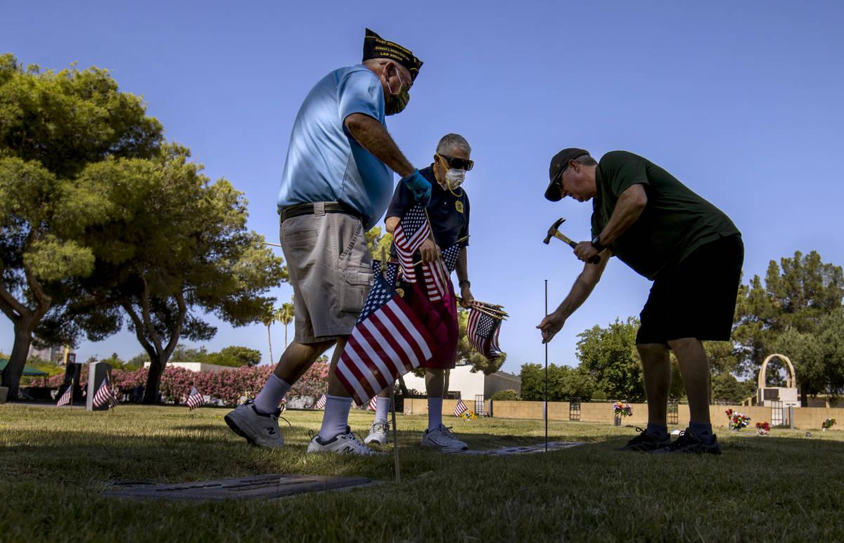 Steve Seiden, izquierda, con Mort y Frank Friedlander se unen para plantar más banderas estado ...