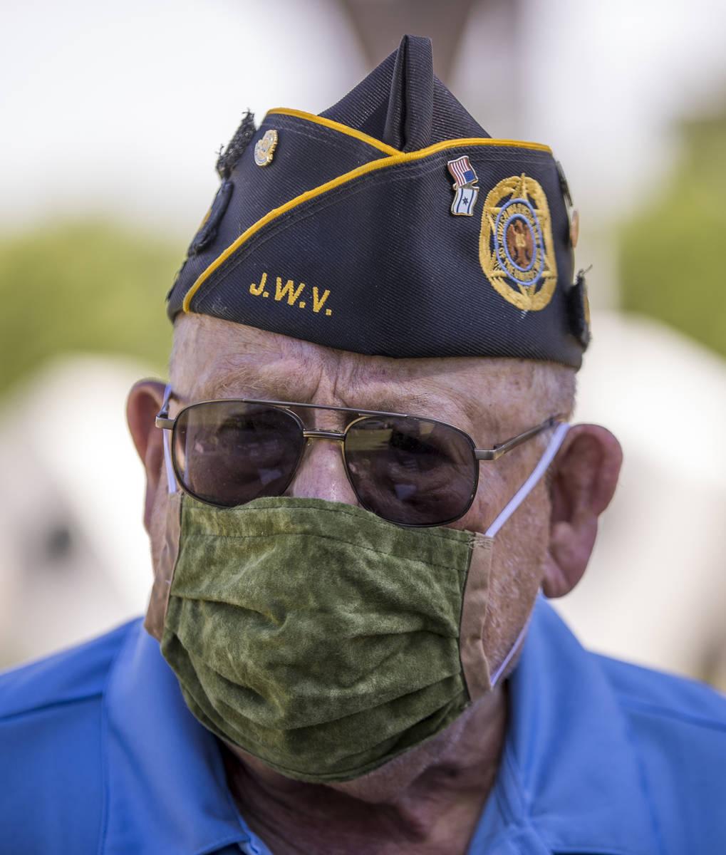 El teniente retirado del Ejército, Steve Seiden, se detiene mientras planta más banderas esta ...