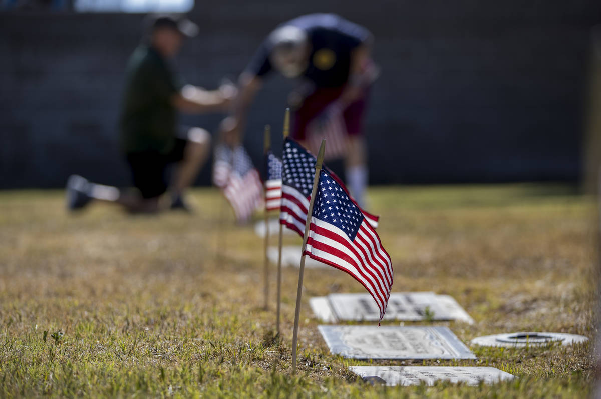Frank Friedlander, izquierda, y Mort se unen para plantar más banderas estadounidenses en las ...