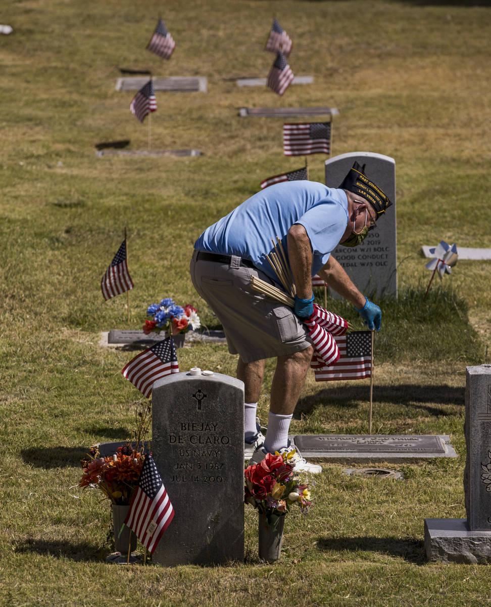 El teniente retirado del Ejército, Steve Seiden, planta más banderas estadounidenses en las t ...