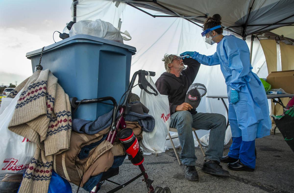 La estudiante de medicina de la Universidad de Touro Nevada, Allison Moran, derecha, examina al ...
