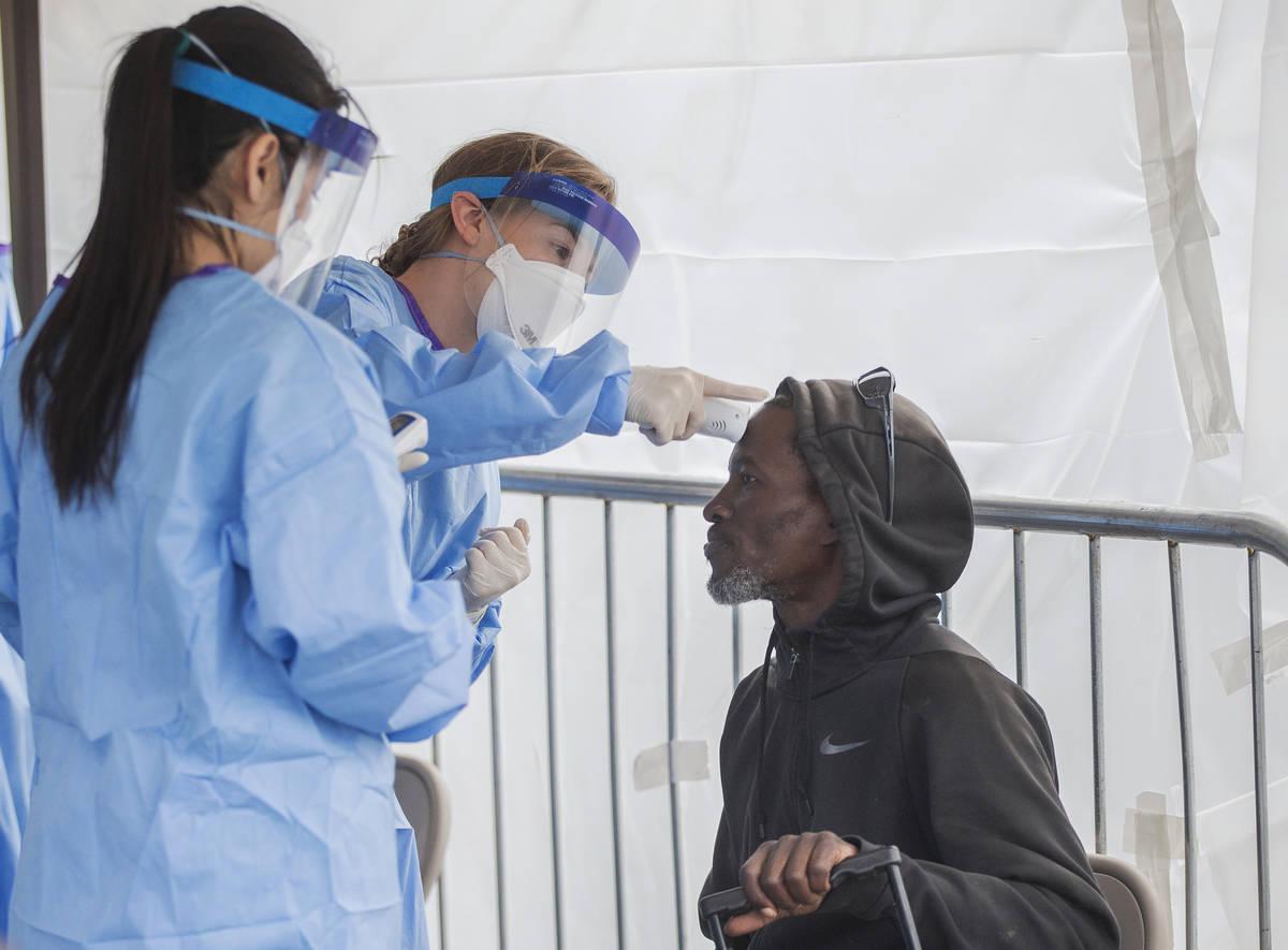 La estudiante de medicina de la Universidad de Touro Nevada, Allison Moran, en medio, toma la t ...